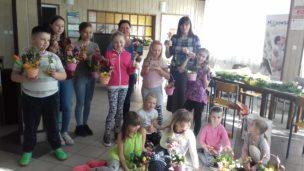 Wielkanocne warsztaty z członkami Klubu Seniora i dziećmi.